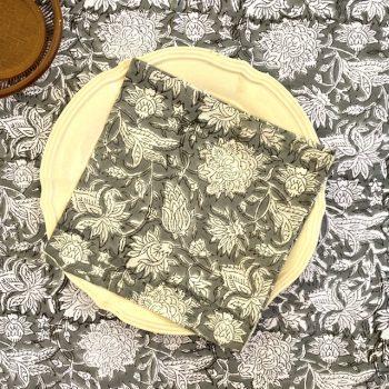 Mantel indio de flores gris