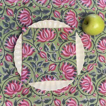 Mantel verde con flor fucsia